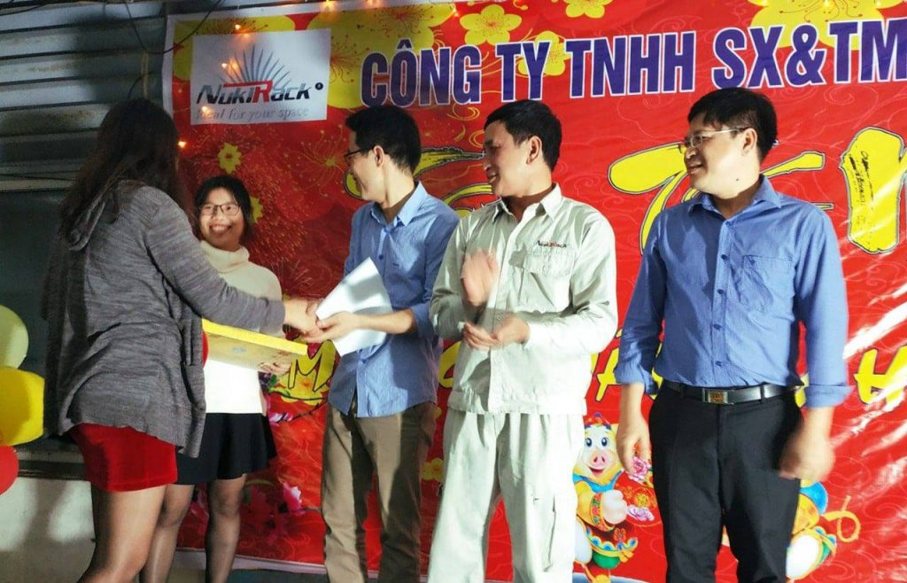 Giám Đốc (Bà _ Nguyễn Thị Kim Dung) trao phần quà tới những người đã nỗ lực và gắn bó cùng Công ty với thâm niên trên 10 năm.